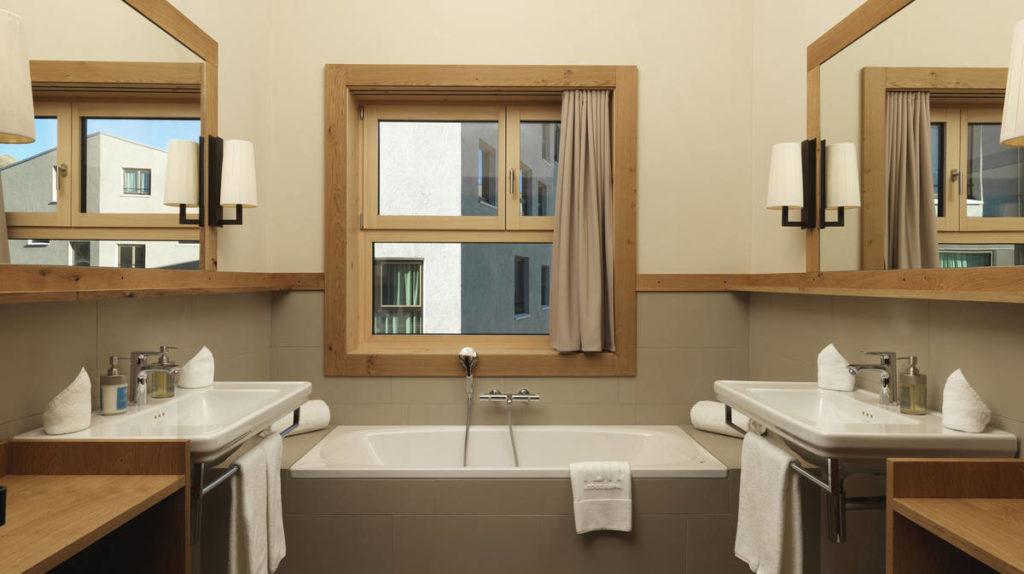metris_warm-brown-bathroom-ambiance_frutt-family-lodge_2_16x9