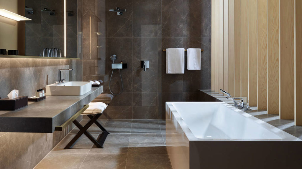 metropol-bathtub-mixer_noble-elegant-bathroom_ambiance_16x9