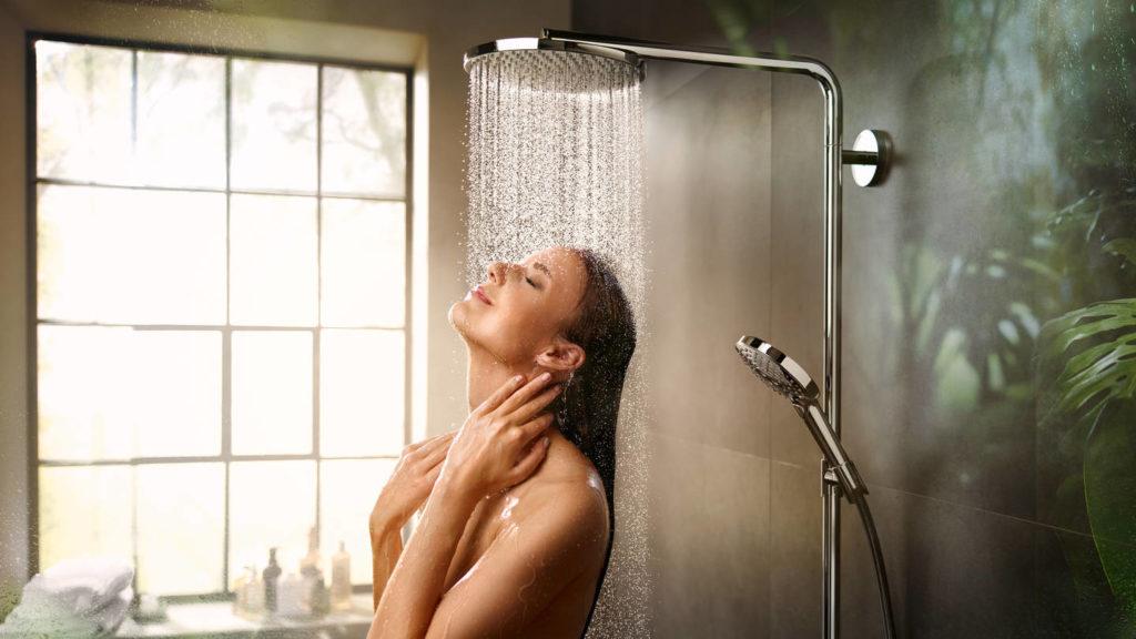 stage_showerpipe-raindance-select-s-powderrain_ambiance-with-woman_keyvisual_3840x2160